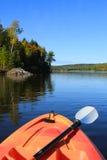 Kayaking dans l'automne tôt Photographie stock libre de droits
