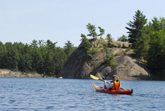 Kayaking dans Ontario nordique, le Canada Photographie stock