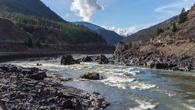 Kayaking in de Stroomversnelling van Fraser River in Fraser Canyon royalty-vrije stock foto's
