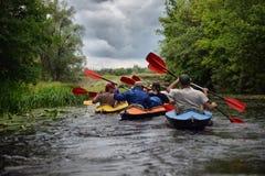 Kayaking de transporter de rivière editoal Image stock