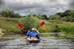 Kayaking de transporter de rivière editoal Photo libre de droits