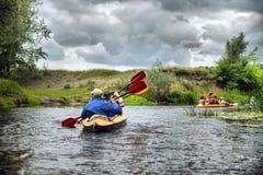 Kayaking de transporter de rivière editoal Images libres de droits