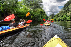 Kayaking de transporter de rivière editoal Photos stock