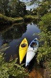 Kayaking in de wildernis royalty-vrije stock afbeeldingen