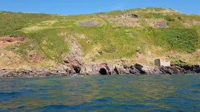 Kayaking dedans à de vieilles cavernes de contrebandiers de Plymouth Devon R-U photos stock