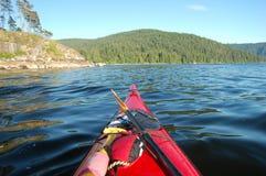 Kayaking in der tiefen Bucht Stockbilder