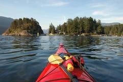 Kayaking in der tiefen Bucht Stockfotografie
