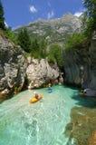 Kayaking door rivierkloof Stock Foto