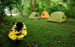 Kayaking e acampar no lugar tropical em América Central fotografia de stock royalty free