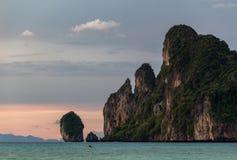 Kayaking em ilhas de Phi Phi do por do sol foto de stock royalty free