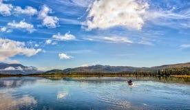 Kayaking em um lago pristine da montanha em Alaska imagem de stock royalty free