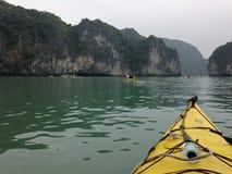 Kayaking en bahía del halong en Vietnam, Asia Imagenes de archivo
