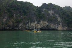Kayaking en bahía del halong en Vietnam, Asia Imagen de archivo