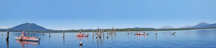 Kayaking en Crane Prairie Reservoir, Oregon - panorama Imagen de archivo