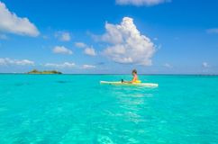 Kayaking en el para?so tropical - canoa que flota en el agua transparente de la turquesa, mar del Caribe, Belice, islas de Cayes foto de archivo