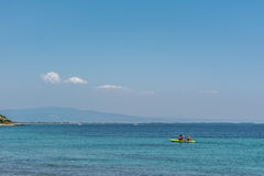 Kayaking en mer Photographie stock libre de droits