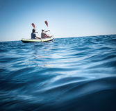 Kayaking en mer Photographie stock