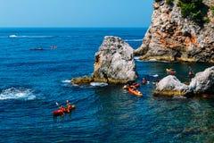 Kayaking entre las rocas, Dubrovnik Croacia Imágenes de archivo libres de regalías