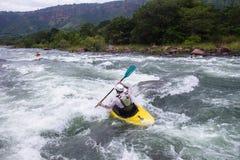 Kayaking flodhandling Royaltyfri Foto