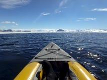 Kayaking Gustaf Sound, Whettle hav, Antarktis Royaltyfri Foto