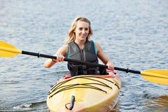 kayaking hav fotografering för bildbyråer