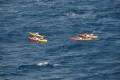 Kayaking in het Adriatische die overzees - bij de kust van Kroatië wordt gefotografeerd Stock Afbeeldingen