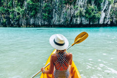 Kayaking i El Nido, Palawan, Filippinerna Royaltyfria Bilder