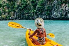 Kayaking i El Nido, Palawan, Filippinerna Royaltyfri Foto