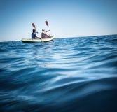 Kayaking i havet arkivbild