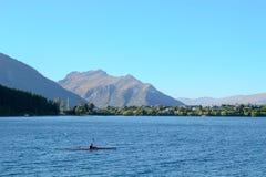 Kayaking i sjön Wakatipu i otta Fotografering för Bildbyråer