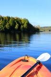 Kayaking i tidig nedgång Arkivbild