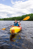 Kayaking Junge lizenzfreie stockfotos