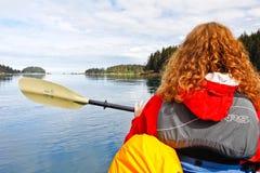 Kayaking Kachemak för kvinna fjärd Homer Alaska fotografering för bildbyråer