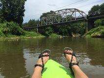 Kayaking kommer till ett slut på den gamla flodbron Royaltyfri Foto