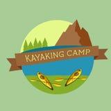 Kayaking lägerlogo Expeditionetikett och klistermärke Ovanlig design Utomhus- affärsföretag för sommar färgrikt stock illustrationer