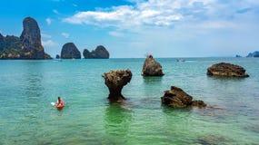 Kayaking, m?e e filha da fam?lia remando no caiaque na excurs?o tropical da canoa do mar perto das ilhas, tendo o divertimento, f imagens de stock