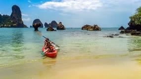 Kayaking, m?e e filha da fam?lia remando no caiaque na excurs?o tropical da canoa do mar perto das ilhas, tendo o divertimento, f fotografia de stock