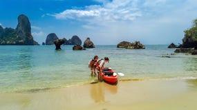 Kayaking, m?e e filha da fam?lia remando no caiaque na excurs?o tropical da canoa do mar perto das ilhas, tendo o divertimento, f imagens de stock royalty free