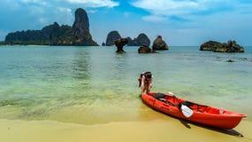 Kayaking, m?e e filha da fam?lia remando no caiaque na excurs?o tropical da canoa do mar perto das ilhas, tendo o divertimento, f imagem de stock royalty free