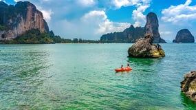 Kayaking, m?e e filha da fam?lia remando no caiaque na excurs?o tropical da canoa do mar perto das ilhas, tendo o divertimento, f foto de stock