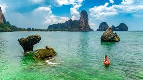 Kayaking, m?e e filha da fam?lia remando no caiaque na excurs?o tropical da canoa do mar perto das ilhas, tendo o divertimento, f fotos de stock