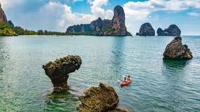 Kayaking, m?re et fille de famille barbotant dans le kayak en tourn?e tropicale de cano? de mer pr?s des ?les, ayant l'amusement, photo libre de droits