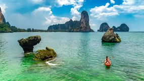 Kayaking, m?re et fille de famille barbotant dans le kayak en tourn?e tropicale de cano? de mer pr?s des ?les, ayant l'amusement, photos stock