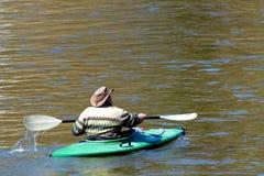 kayaking man Royaltyfri Fotografi