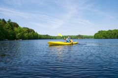 Kayaking Mann lizenzfreies stockbild