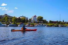 Kayaking n Fredericton op de Heilige John River, New Brunswick, royalty-vrije stock fotografie