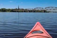 Kayaking n Fredericton på den Sanka John River, New Brunswick, Fotografering för Bildbyråer