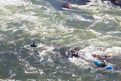 Kayaking na corredeira do Rio Potomac no grande parque da queda em Virgínia, EUA imagens de stock