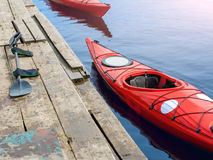 Kayaking na czerwonym kajaku na rzece Obraz Royalty Free