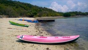 Kayaking na praia Imagens de Stock Royalty Free